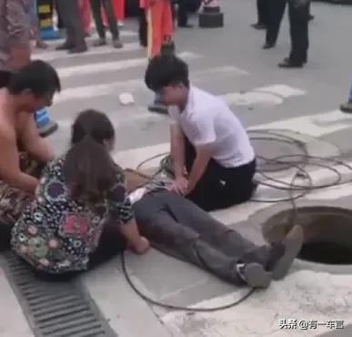 四川一农民工井下施工,刚探出头就被车辆撞击