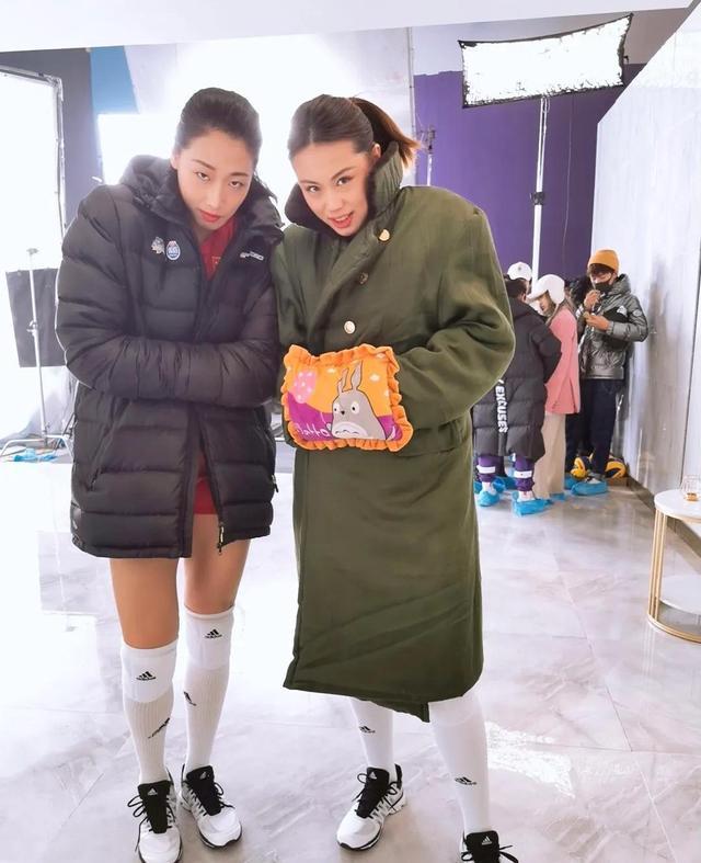曾春蕾联赛后首度冒泡,穿军大衣与刘晏含同框,是不是空降集训?(曾