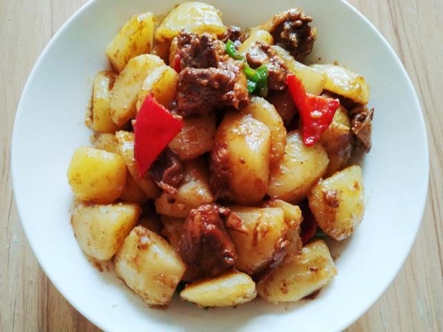 土豆猪肉做汤怎么做好吃?(猪肉土豆汤怎么做好吃)