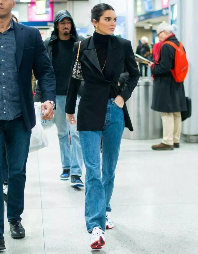 明星的牛仔裤都是怎样搭配的,怎么穿出时尚感?