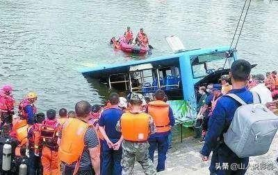 贵州公交坠湖事件,究竟是道德的沦丧还是人性
