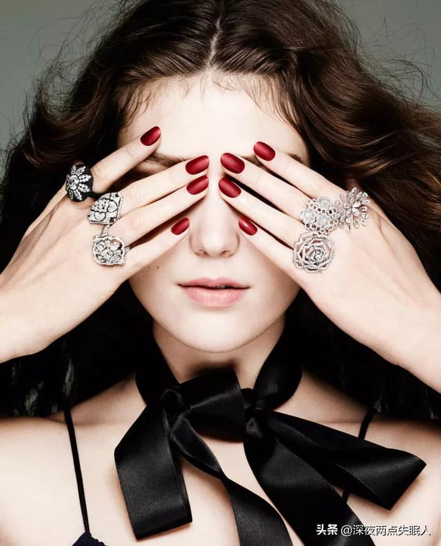 玫红色指甲油美甲图案:指甲超级丑,能做美甲吗?(指甲短又丑可以做美甲吗)