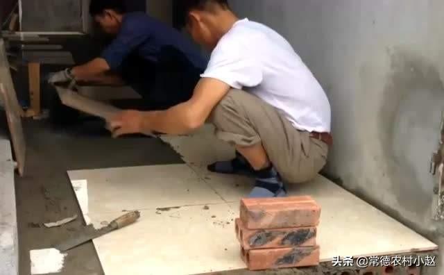 (泥土地上面铺什么材料好)农村建一层房的地面可以直接在泥土上地板砖吗?