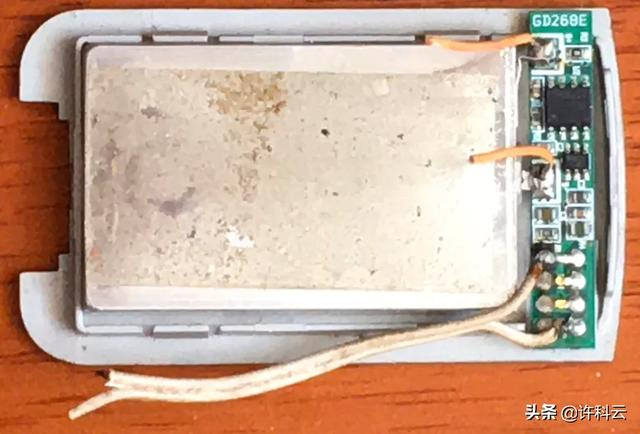 苹果手机电池外面的纸鼓起来了可以弄破吗?