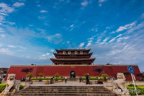 想去云南见建水旅游,那里有什么著名的景点?
