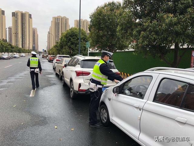 机动车在道路边临时停车时,应怎样做?