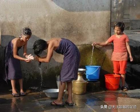 电影我们约会吧 :尼泊尔女性在街上沐浴,当地人却习以为常,是习惯还是风俗?