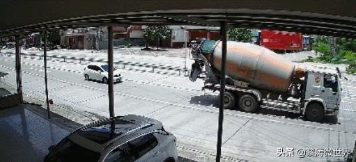 女司机已经远离工程车,没想到还是被当场撞击