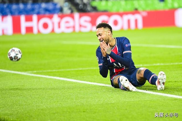 欧冠巴黎VS曼城,最后时刻梅西为什么躺下防守曼城的任意球图3